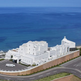 自然に恵まれた神湊の海沿いの高台に建つ白亜のホテル