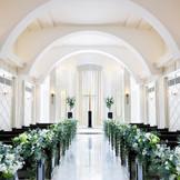 白とブラウンを基調とした落ち着いた雰囲気のヴィクトリアハウスのチャペル