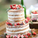 素材や鮮度にこだわったウエディングケーキは、パティシエがデッサンからはじめます。お2人の幸せを詰め込んだケーキでパーティーを華やかに彩ろう!!