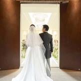 挙式会場はホテル内にありながら独立型の空間。 重厚感のある扉の奥に広がるのは明るく祝福を感じる空間。