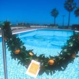 宿泊者が利用できるプール。(夏期営業) ヤシの木と海の景色がリゾート気分を盛り上げる。
