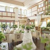パーティー会場は大きな窓からたっぷり降り注ぐ明るい開放的な空間