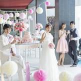 「ウォーターガーデン」のテラスではデザートビュッフェも人気♪ゲスト皆との幸せな時間を共有できる。