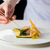 料理はおもてなしの要。披露宴の料理はシェフと打ち合わせをして、ふたりだけのオリジナルメニューをご用意。
