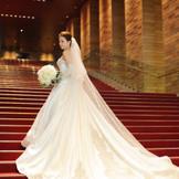 <フェスティバルホール大階段>  「ラ・フェットひらまつ」の花嫁だからこその、特別空間で想い出に残る写真を残して。