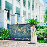 ヨーロッパのリゾートホテルのような贅沢で開放的な雰囲気のエントランス。