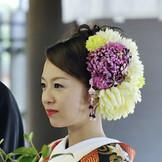 和装姿の花嫁さん!!洋髪に生花を飾りとても華やかです。もちろんお花のオーダーもできますよ。