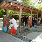 両家ご親族は整列して拝殿へご入場(参進)されます (「幸せなお二人」より)