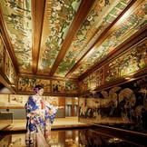 旧雅叙園の正面玄関として活躍していた和室玄関は、芸術品に彩られた唯一無二の空間。彩り豊かな記憶を刻む。
