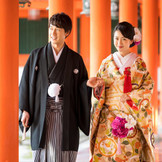 朱の社殿が映える美しい婚礼の舞台