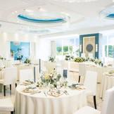 清潔感溢れる白を基調とした披露宴会場グレース