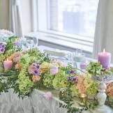 人気のナチュラルコーディネートに華やかなラベンダーピンクとエメラルドグリーンをアクセントに。