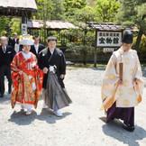 挙式後、神職さんのご案内でお庭へ (「幸せなお二人」より)