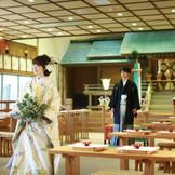 グランラセーレ鹿児島が誇る、神前式場「平安殿」。自然の光の中、厳かな空気に包まれ白無垢姿の花嫁と羽織袴の花婿が、神殿で永遠の愛を誓う。日本の伝統が育んだ、古式ゆかしい婚礼の儀。新しい人生の門出は、日本の素晴らしさが息づく、美しい結婚式場で。