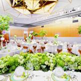 ホテル最大の規模を誇る「源氏の間」は、その広さ1,200平米。全面使用で520名様の披露宴にもご利用いただけます。