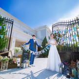 青空に映える白亜の邸宅は、緑豊かなガーデンに包まれたプライベート感溢れるラグジュアリーな舞台。ふたりの別荘へゲストを招待するような感覚で、これまでの感謝の気持ちをしっかり伝えられる特別な一日が叶う。