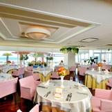 パーティーは海が見えるレストランをご用意! コーディネートは自由自在★ 幸せに包まれた最高の時間をお過ごしください