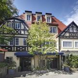 中世ドイツ様式の邸宅と、ライン川沿いの街から取り寄せた石畳がお出迎え