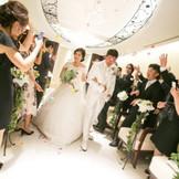 挙式後はあこがれのフラワーシャワーを。大切なゲストに囲まれて幸せは最高潮に
