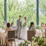 美味しい食事を囲んで過ごす楽しい時間。特別な日だからこそ、リラックスして過ごせる雰囲気が人気の秘密