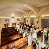 大階段が象徴的な教会の木の温もり感じるチャペルで厳かな誓いを(着席~80名)