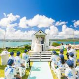 古宇利大橋と青い海と青い空に、向かって誓いをたてます。     若狭聖也・梨依加ご夫妻/神奈川県:2018年9月挙式