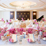 【ニューヨークスイート】きらめくシャンデリアが美しい上質空間。 淡いピンクのコーディネートでは、よりキュートなパーティ会場に