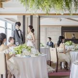 【曙光】~50名 一面ガラス張りになっている窓から、広島の街を見下ろせる贅沢 開放的な空間が、和やかな雰囲気を作り出します