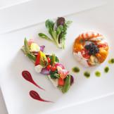 料理はフレンチはもちろん、和洋折衷や日本料理、中国料理など幅広いラインナップからセレクト可。30年間、研鑚されてきた技術と、様々なお集まりのお手伝いをしてきた経験に、お二人のご披露宴も安心してお任せください。