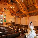 ステンドグラスが特徴の木造型チャペル