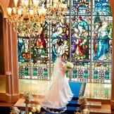 もうひとつのチャペル『セントアンドリュース教会』はエリア唯一の本格ステンドグラスチャペル。「奇跡」と呼ばれる極彩色のステンドグラスは1世紀以上の時を経たアンティーク。