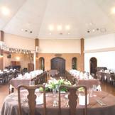 天井が高く陽光差し込む明るい披露宴会場
