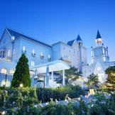 お城のような外観がひときわ目を惹く結婚式場