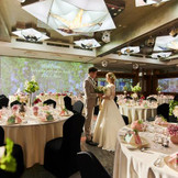 人気会場『桜』(60~150名)天井から注がれるムービングライトが華やかに演出し、心に残るシーンを作ります。