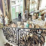 披露宴会場には大階段からの入場も人気。