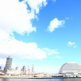 神戸の駅から地下街を抜けて4分。海と運河に囲まれたロケーションも結婚式の彩りに
