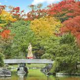 「日本庭園」は時代別の庭園様式を再現した空間。自然豊かな環境が四季の風情を感じさせる。ここでの「前撮り」が人気。