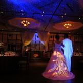演出は「サウンド・ファンタジア」 幻想的な光と迫力の音響によりライブ感たっぷりの披露宴が実現! 光るドレス【ルミライトドレス】です!