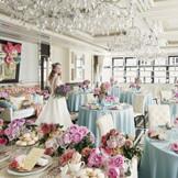 白を基調としたパーティ会場はシャンデリアが美しくきらめく上品な空間。甘すぎないピンクコーディネートでプリンセスの気分を味わって