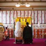粛々と執り行われる神前での挙式は、奈良を代表する春日大社の流れを汲むもの