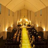 挙式本来の厳かな雰囲気を大切にしたフランチェスカ大聖堂は、四国初の光るバージンロードを採用。