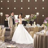 【海の間】上質でモダンな雰囲気の会場は、大人かわいい花嫁を引き立てる最高の演出に。
