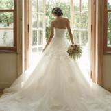 世界一幸せな花嫁を願い、こだわって集めた Buyer's Select Dress For Happy Wedding! エレガントでラグジュアリーな雰囲気が漂う店内には、世界各国のハイブランドからセレクトしたドレスが数多く揃います
