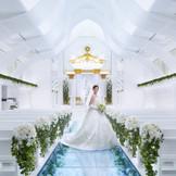ドレスが美しく映える幅広い ガラス張りのバージンロード お花が敷き詰められ色とりどりの 光が花嫁をより一層輝かせる ここは、新郎新婦とゲストだけの空間 挙式のクライマックスには 大きな感動に包まれる♪ きっと大切なゲストとの忘れられない 瞬