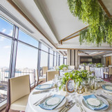 【曙光の間】~50名/21Fの高層階にある会場「曙光」。開放的な空間で、窓から差し込む温かい日差しが、和やかな雰囲気を作り出します。ご家族や親しい方とのアットホームなプライベートウェディングが叶う、人気の会場です