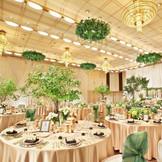 たくさんのお客様をお招きして華やかな正餐を叶える「都久志の間」。高い天井には華やかなシャンデリアと共にいくつものライトが輝き、最新鋭の照明演出機器によるダイナミックな音と光の演出が思いのままに。ドラマチックでオリジナルレセプションが叶います