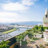 市街地にありながら狩野川や富士山・伊豆半島を望む開放感抜群のガーデンが魅力!