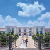結婚式の始まりを告げる非日常の世界へ。青い空、水のせせらぎ、リゾートの木々に彩られたディアステージ。ゲストの皆様も思わず息を呑む特別なウェディングの入り口へ。