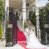 大階段に赤じゅうたんをひくと、一層おふたりが引き立ちます!