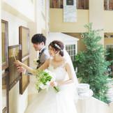 挙式日とおふたりの名前が刻まれたプレート『ウェディングプラーク』はホテルに末永く保存される